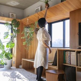窓上の庇は、奥様の手が届く絶妙な高さ。絵や雑誌、植物を飾るギャラリー的な役割も