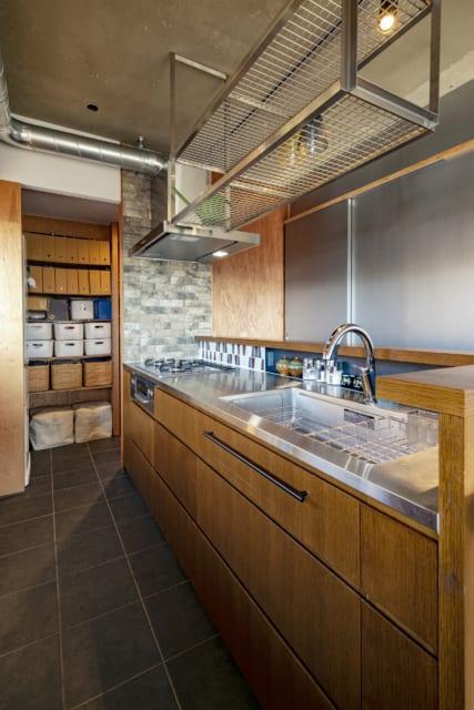 キッチンはぐるりと回遊できるアイランド型。上部には竹味さんが設計した特注のステンレス製水切棚を設置。洗い物もすぐ乾くのだとか