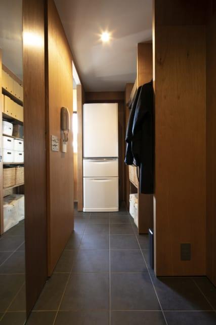 玄関からパントリー、キッチンまではフラットな土間。外出から帰って靴を脱がずに、買ってきたものやベビーカーを収納できる