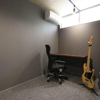 玄関を入ると、右手にご主人の書斎がある。落ち着いたデザインの空間で趣味の楽器演奏を練習するなど、自分の時間をゆったりと楽しめる