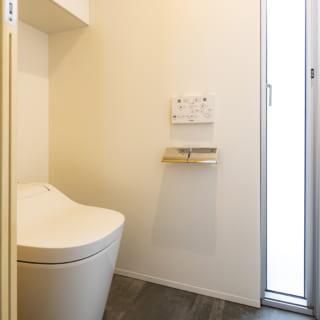 書斎の並びにあるトイレ。開閉可能なスリット窓で光や風を入れることができ、暗さや閉塞感が全くない