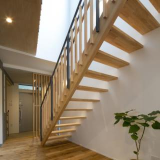 階段は軽やかな印象のスケルトン。階段まわりは吹抜けになっており、吹抜け上部の窓から明るい光が入る