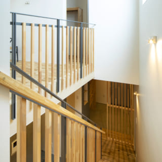 2階から階段を見る。写真右手のハイサイド窓は隣家の建物より高い位置にあり、たっぷりの光を邸内に届ける