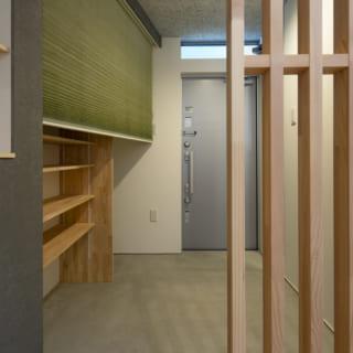 玄関土間は広々。大容量のシューズクロークを覆うのは、和テイストのプリーツスクリーン