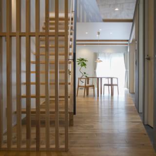 1階玄関~LDKには仕切り壁がなく、玄関を入ると突き当りの南の大開口まで見通せて、抜群の開放感