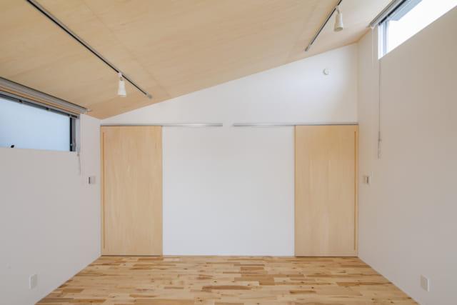 2階主寝室。出入口は2カ所、窓も両側に設置し、将来は中央に仕切り壁を入れて2つの子ども室にすることもできるように計画