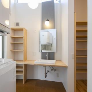 2階洗面室。写真右に衣類の収納スペース、左にバルコニーがあり、洗う~干す~収納の家事動線がとてもよい
