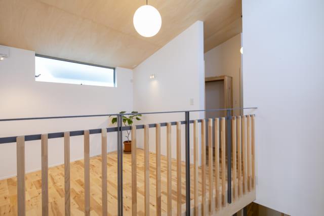 吹抜けの階段に面し、明るく開放的な2階のファミリールーム。住まい方の変化に合わせてフレキシブルに使える空間だ。ここから写真右手に行くとバスルームなどの水まわり。左手に行くと主寝室がある