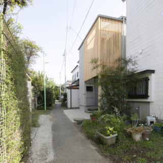 路地沿いに立つS邸。上品な縦格子が街並みに馴染み、京都の露地のようなしっとりした雰囲気を感じられる
