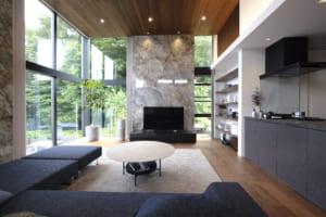 閉じたファサードの先に緑豊かな洗練空間。時間と空間の「レイヤーを重ねる家」