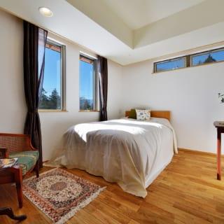 基本的に寝室の照明は最小限とし、天井面には器具をつけない。カーテンボックスを埋め込み、お手持ちの家具とマッチした空間となった。