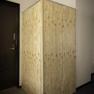 スタンダード家具のボックスルームは半畳ほどの広さ。扉を閉じればシンプルな収納のようで、空間に馴染む
