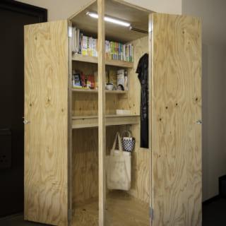 奥さま用のボックスルームを開けると、カウンターや棚、照明が。好みの絵などが飾られ、秘密基地のよう