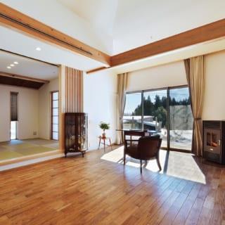 リビングの端には、大きな存在感のある海外製ペレットストーブ。この家全体を暖めてくれるだけでなく、炎のゆらめきが癒しの効果も
