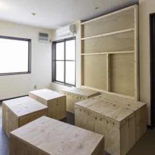 ノビルームの床となる小上がりは、シンプルな収納ボックスを並べるだけ