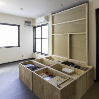 ノビルームの小上がりは、蓋を開けると大容量の収納。床下収納のように使えてとても便利