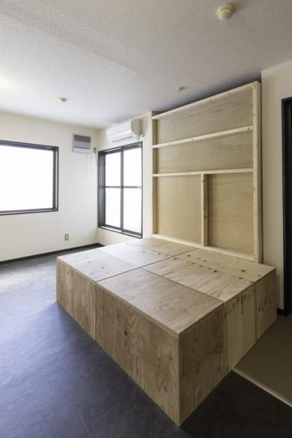 ノビルームの間仕切りを引き込むと、並べた収納ボックスを小上がりとして使える。構造用合板なので強度も◎