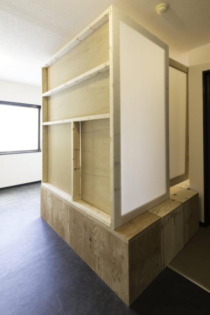 ノビルームの間仕切りを出すと小上がりが囲われ、簡易的な個室になる。仕事にもいいが寝室としても活用OK
