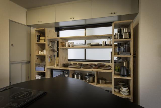 食器棚は、スタンダード家具の設計図をカスタムしてくれるセミオーダーで製作。空間にぴったり収まるように幅を調整してあり、見た目も使い勝手もGOOD