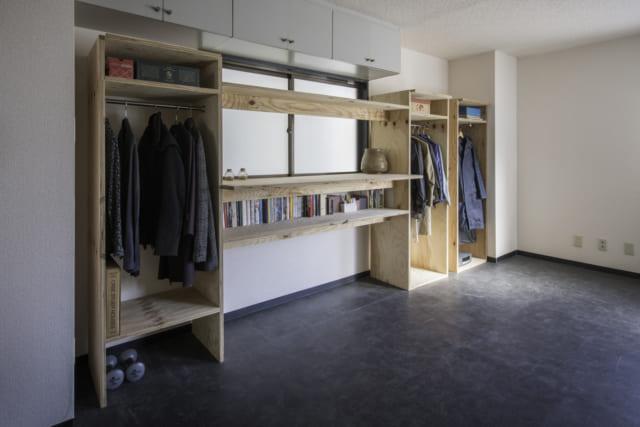 クローゼットは、無料で設計図をダウンロードできるスタンダード家具。このお宅ではクローゼットの間に板をかけるタイプのものを製作し、デスクや飾り棚としても使えるようにしている