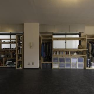 写真左が食器棚、右がクローゼット。久保さんによると「DIYが好きな方なら簡単につくることができます」とのこと。建築家が設計した家具とあって、機能も強度もよく考えられている。インテリアに合わせやすいシンプルなデザインも好評