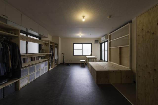 写真右側のノビルームの間仕切りを引き込んだ状態。床を小上がりとして使えて大勢の来客にも対応可能。ベンチとして気軽に腰掛けるのもいい