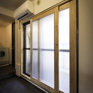 フルオーダーでインナーサッシの設計図も依頼。すりガラスなのでカーテンが不要に。木の温かみも心地いい