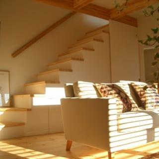 1階。写真奥の扉は階段下を利用して設けた来客用トイレ。左側には収納をつくり、空間を有効利用している
