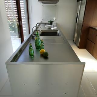キッチンはトーヨーキッチン製。脚は透明なアクリルで、周囲の家具とともに床から浮いているようなデザイン