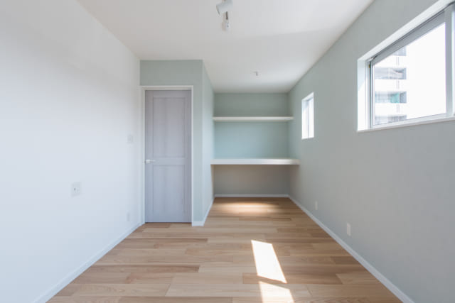 2階の寝室。2階はこの部屋のほか、ウォークインクローゼットと子供部屋。子供部屋は扉を入れ、2分割できる設計とした