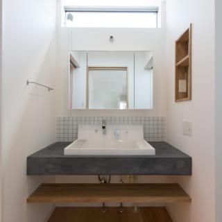 リビング奥にある、洗面、バス、トイレ。様々な既成の部材を上手に組み合わせ、唯一無二のものに仕上げた