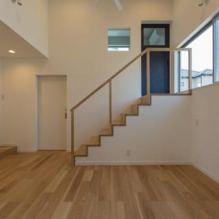 柔らかく、清潔感のある整骨院スペース。高さのある天井を生かした高窓は、患者さんのプライバシーを守りつつ、陽光を室内に導く。中二階にプライベートルームも完備