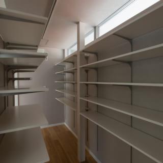 玄関脇にある、大容量の収蔵庫。コロナ禍にあって、奥様のワーキングスペースとしても活用されているのだとか