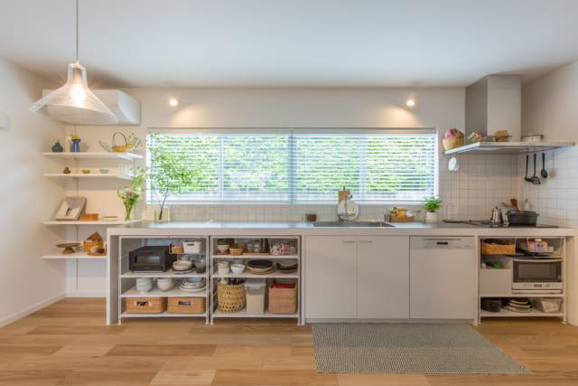 天板のステンレスの厚みにまでこだわった、完全オリジナルキッチン。オープンシェルフで見せる収納とした