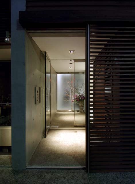 小俣邸のエントランス。ゆとりある造りで心が和む。奥のすりガラスのドアの先はビルトインガレージ