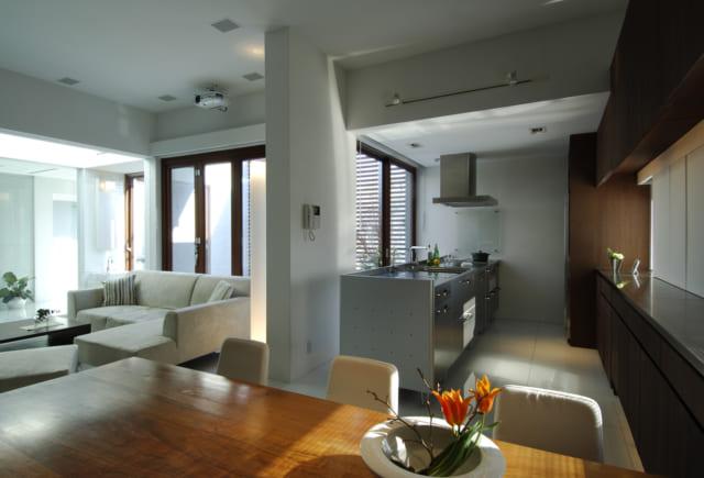 3階LDKのダイニングからキッチン、リビングを見る。リビングスペースはトップライトのある階段室と東のテラスに囲まれ、明るい光の中でゆったりとくつろげる