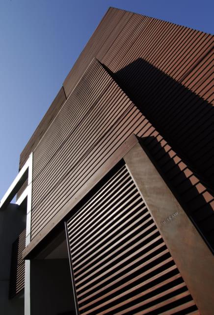外壁のスギは板を少しずつ重ねて張っていく鎧張り。重なる部分の影が連続し、独特の表情が生まれる