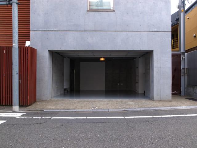 北の道路側にはビルトインガレージが。写真右端は賃貸住戸(メゾネット形式)専用の外門扉。門扉の内側には自転車などを停められるスペースがある。入居者さまのプライバシーに配慮し、小俣邸と全く異なる動線で部屋まで行けるようにした