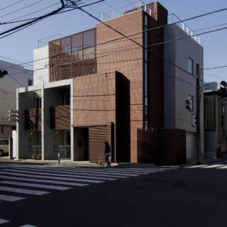 立地は北東角地。1階の一部にテナント、1階と2階の一部に賃貸住戸(メゾネット形式)を備えている