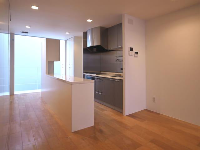 賃貸住戸2階のキッチンも、トーヨーキッチン。壁付のIHコンロ&シンクとアイランドタイプの作業台が並列したⅡ型で、行き止まり感がなく賃貸とは思えないゆとりがある