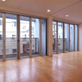 賃貸住戸2階。写真左側のLDKと写真右側の個室は引き戸で仕切られており、開け放せば大きなワンルームのようにも使える。どちらも東のテラス側に大きな連続窓があり、気持ちのよい陽光がさんさんと降りそそぐ