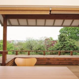 2階ダイニングからは、高台ならではの素晴らしい眺めを楽しめる。ダイニングとウッドデッキを繋ぐのは大きな窓。一般的な木造住宅の場合窓の中心に柱が必要になるがSE構法を用いたことで不要になった。おかげで景色が区切られることがなく、外部と内部の一体感も増した