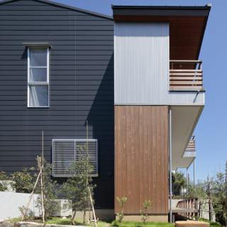 西の外観。南の明るい色調と北のシックな色調の両方が組み合わさり、一見すると2軒の家のような豊かな表情