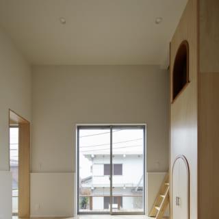 1階子ども室。正面の掃き出し窓からは、南の庭に面したテラスに出ることができる