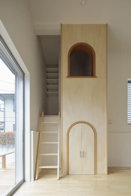 1階子ども室に飛び出した耐震壁を利用して、かわいい塔を造作。上が小部屋になっており、お子さまも大喜び