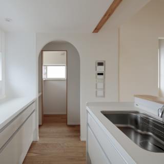 2階LDKのキッチンまわり。奥のアーチ型の出入口はキッチン隣接の広いパントリー。食品の買い置きなどをすっきりと収納できる