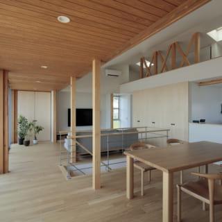 2階LDKのダイニングからリビング方向を見る。Sさまからは「2階で生活が完結するような間取り」との要望もあった。そこで浴室などの水まわりを2階に配したほか、天井が高い北側(写真右)には、寝室として使うこともできる広いロフトを設けている