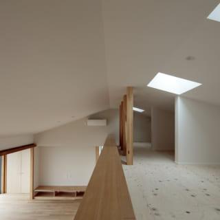 2階LDKの上部にはロフトもある。寝室は1階にあるが、Sさまの「2階で生活が完結するような間取り」との要望に応え、2階で寝る場合のスペースとして広々したロフトを用意。ここには開くことができる天窓もあり、光や風が気持ちよく通る