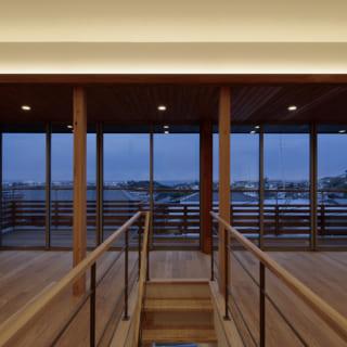 2階LDK大開口の夕景。時間ごと、季節ごとに移り変わる海の表情を存分に楽しめる