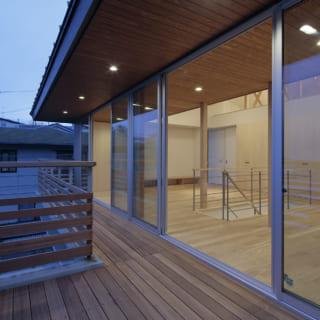 2階テラスは写真手前のダイニング側を広く取ってある。天気のよい日にテラスで食事をとるときも、ダイニングやキッチンとの動線がよく料理などをスムーズに運べる